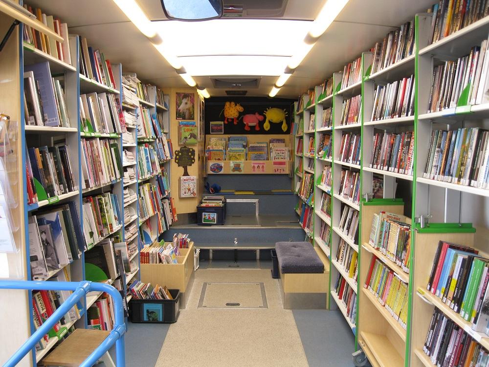 Kirjastoautoa sisältä