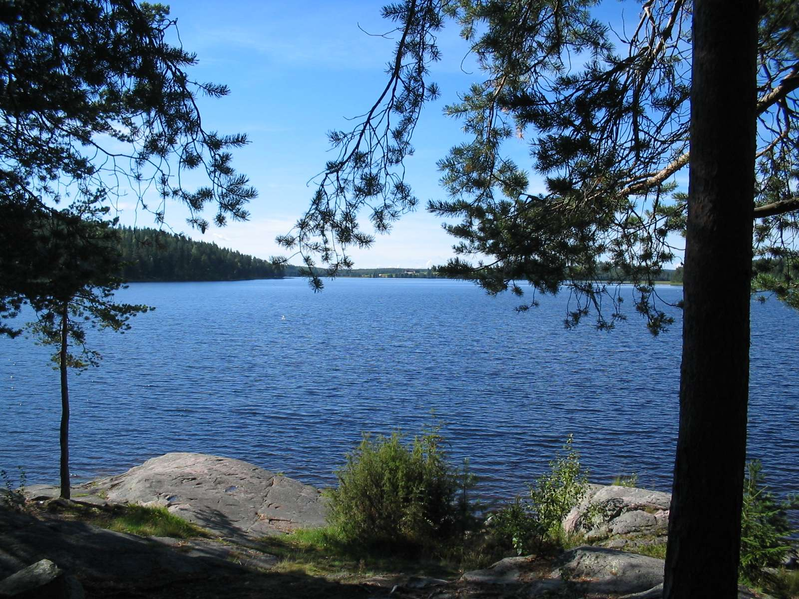Kurkelan rantakalliot ja Keitelejärvi.