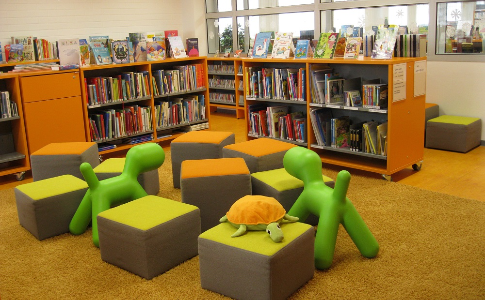 Kirjaston lastenosaston Puppe-koirat ja rahit