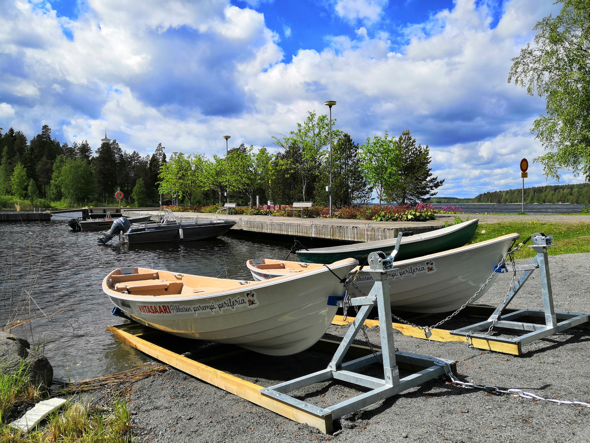 Kaksi lainattavaa kaupunkivenettä Porthanin satamassa.