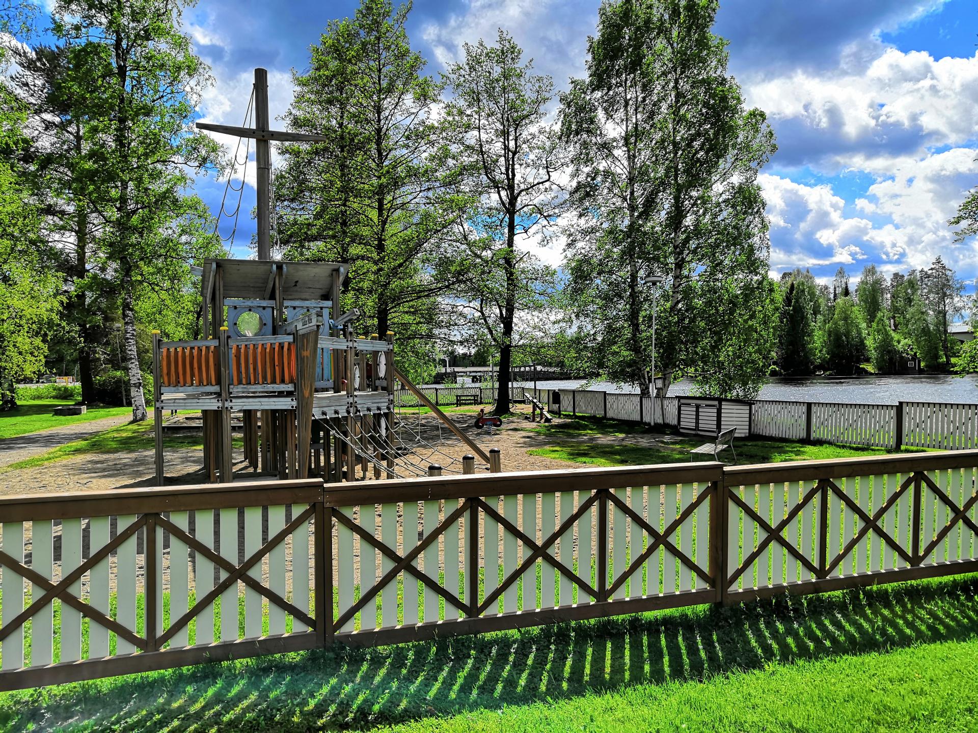 Porthanin puiston aidattu leikkialue Keitelejärven rannalla.