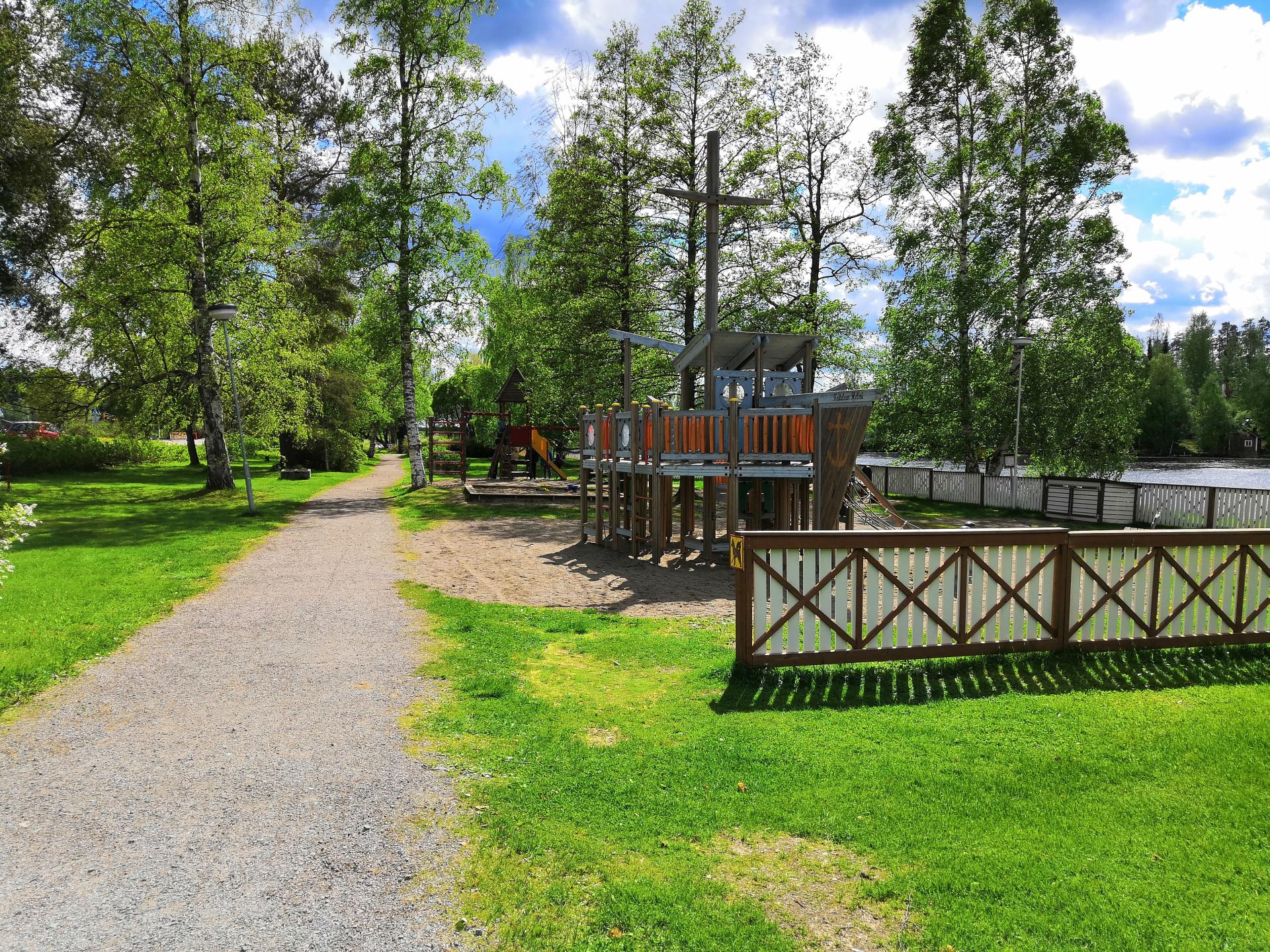 Porthaninpuiston leikkialue sekä puiston läpikulkeva polku