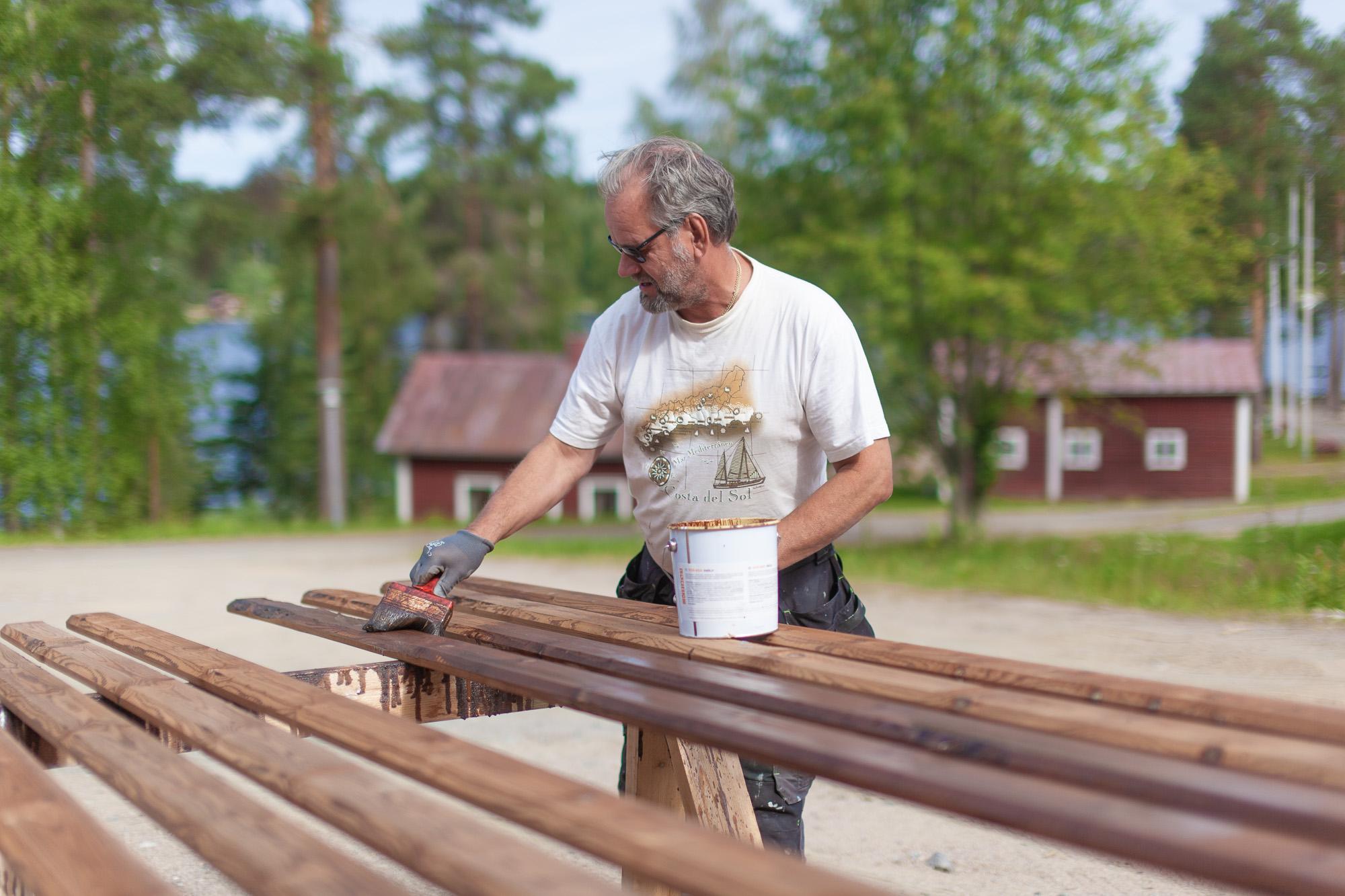 Kuntoportaiden puutavaran käsittelyä.