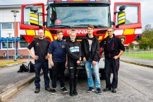 Pelastus- ja turvallisuuslinjan ensimmäiset opiskelijat ja palolaitoksen henkilökuntaa.