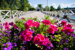 Kääntösilta, etualalla kukkaistutus